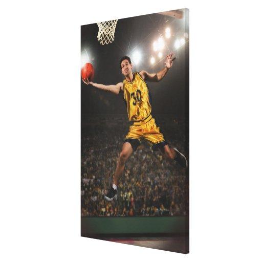 Hombre joven que salta y que lleva a cabo balonces impresiones en lienzo estiradas