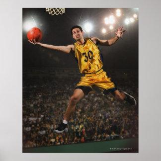 Hombre joven que salta y que lleva a cabo balonces póster