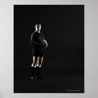 Hombre joven que sostiene la bola de rugbi, retrat póster