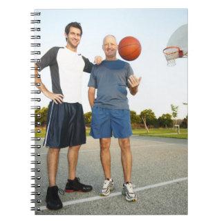Hombre joven y hombre mayor en baloncesto al aire  libros de apuntes con espiral