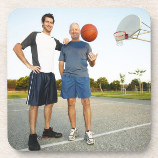 Hombre joven y hombre mayor en baloncesto al aire posavasos de bebidas
