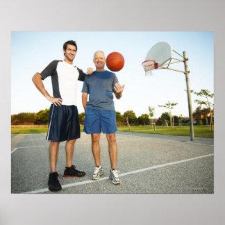 Hombre joven y hombre mayor en baloncesto al aire  póster