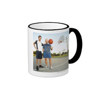 Hombre joven y hombre mayor en baloncesto al aire taza a dos colores