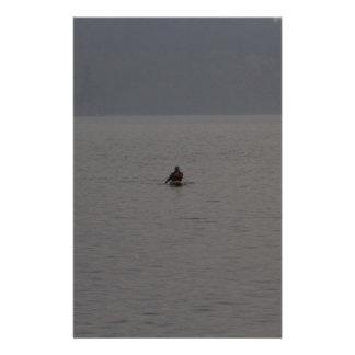 Hombre kayaking en Loch Ness en Escocia