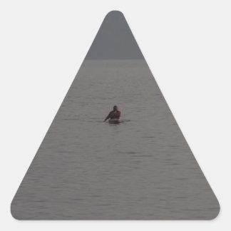 Hombre kayaking en Loch Ness en Escocia Calcomania De Triangulo