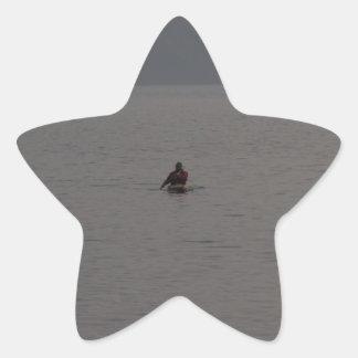 Hombre kayaking en Loch Ness en Escocia Calcomanía Cuadrada Personalizada