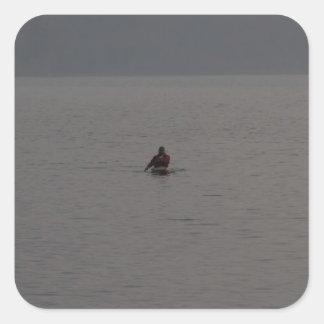 Hombre kayaking en Loch Ness en Escocia Calcomanías Cuadradases