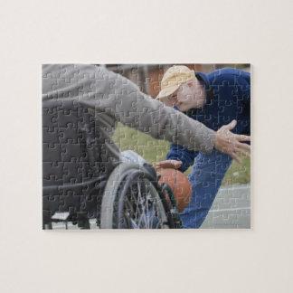 Hombre lisiado que juega a baloncesto con su hijo rompecabezas con fotos