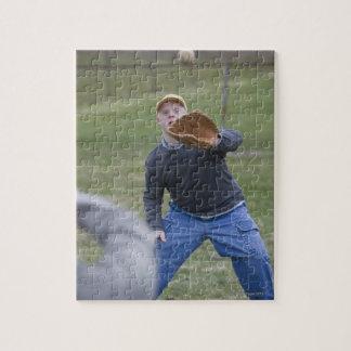 Hombre lisiado que juega a béisbol con su hijo rompecabeza