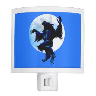 Hombre lobo en el flojo luces de noche