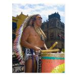 Hombre maduro que juega los tambores con el tarjeta postal