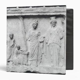 Hombre mujer y niño antes de un altar