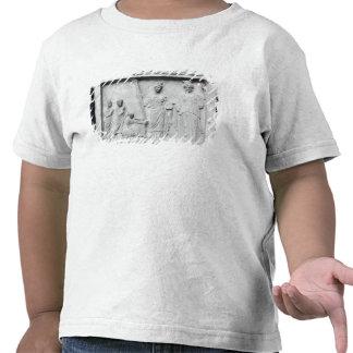 Hombre, mujer y niño antes de un altar camiseta