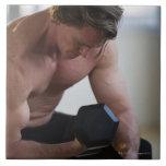 Hombre muscular que levanta el peso libre azulejo cuadrado grande
