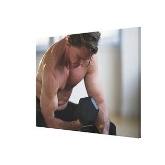 Hombre muscular que levanta el peso libre impresiones en lona