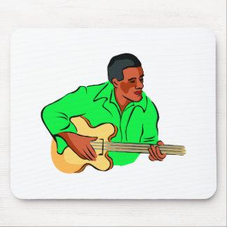 Hombre negro que juega la camisa verde baja eléctr alfombrillas de raton