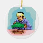 Hombre oriental con los bonsais del ajuste de la v adornos de navidad