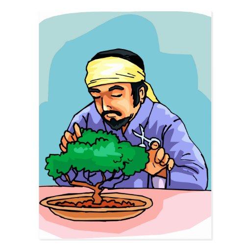 Hombre oriental con los bonsais del ajuste de la v postales