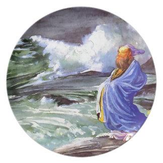 Hombre por la pintura tempestuosa del mar plato