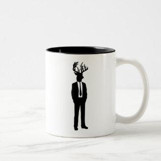 Hombre principal de los ciervos en un juego y un l tazas de café