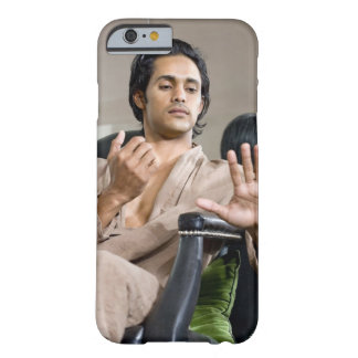 Hombre que admira su manicura funda de iPhone 6 barely there