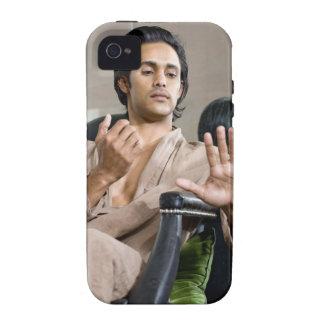 Hombre que admira su manicura Case-Mate iPhone 4 funda