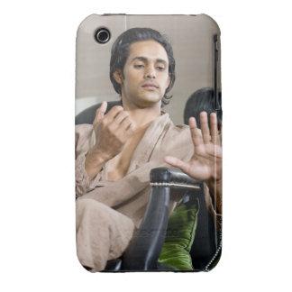 Hombre que admira su manicura Case-Mate iPhone 3 cobertura
