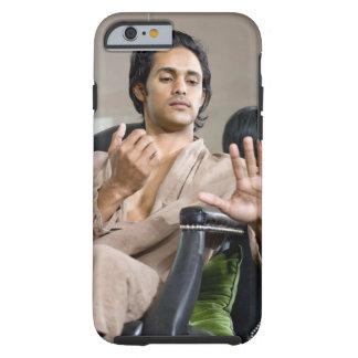 Hombre que admira su manicura funda de iPhone 6 tough