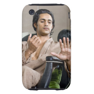 Hombre que admira su manicura iPhone 3 tough coberturas