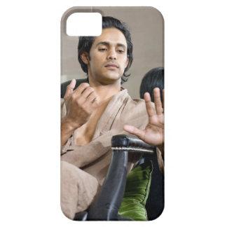 Hombre que admira su manicura iPhone 5 Case-Mate fundas