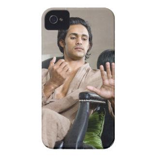 Hombre que admira su manicura iPhone 4 Case-Mate carcasa
