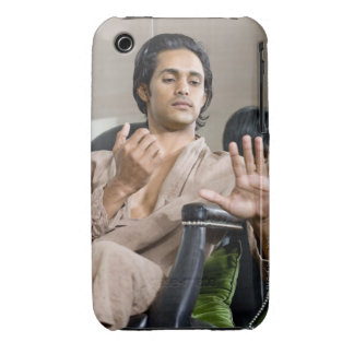 Hombre que admira su manicura funda para iPhone 3 de Case-Mate