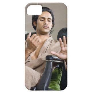 Hombre que admira su manicura funda para iPhone SE/5/5s