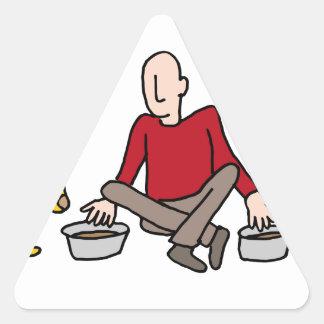 Hombre que alimenta sus dos perros pegatina triangular