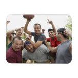Hombre que aumenta el balón de fútbol que celebra  iman rectangular