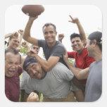 Hombre que aumenta el balón de fútbol que celebra pegatina cuadradas personalizada