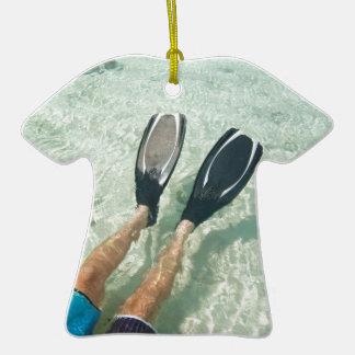Hombre que bucea en agua clara adorno de cerámica en forma de camiseta