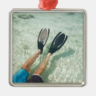 Hombre que bucea en agua clara adorno cuadrado plateado