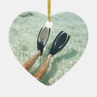 Hombre que bucea en agua clara adorno de cerámica en forma de corazón