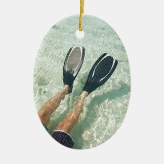 Hombre que bucea en agua clara adorno ovalado de cerámica