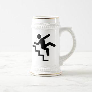 Hombre que cae abajo las escaleras jarra de cerveza