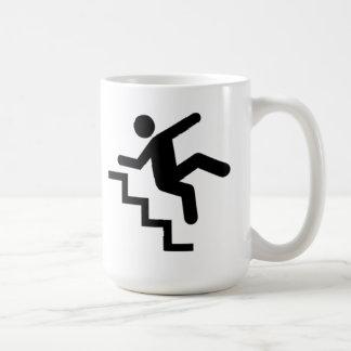 Hombre que cae abajo las escaleras taza