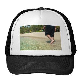 Hombre que camina a través de la resaca baja gorras de camionero