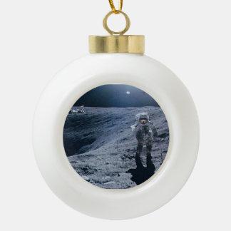 Hombre que camina en la luna adorno de cerámica en forma de bola