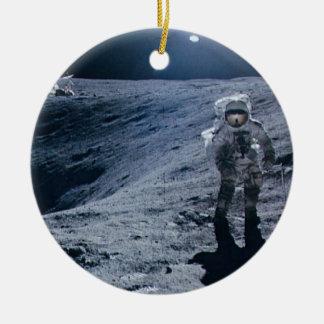 Hombre que camina en la luna adorno redondo de cerámica