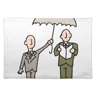 Hombre que comparte su paraguas mantel individual