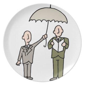 Hombre que comparte su paraguas plato