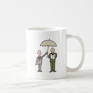Hombre que comparte su paraguas taza