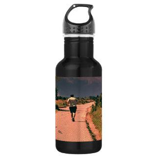 Hombre que corre en la botella de agua