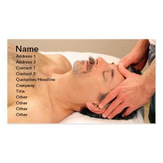 Hombre que da masajes a la cara masculina tarjetas de visita